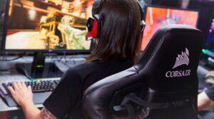 persona-en silla-gamer